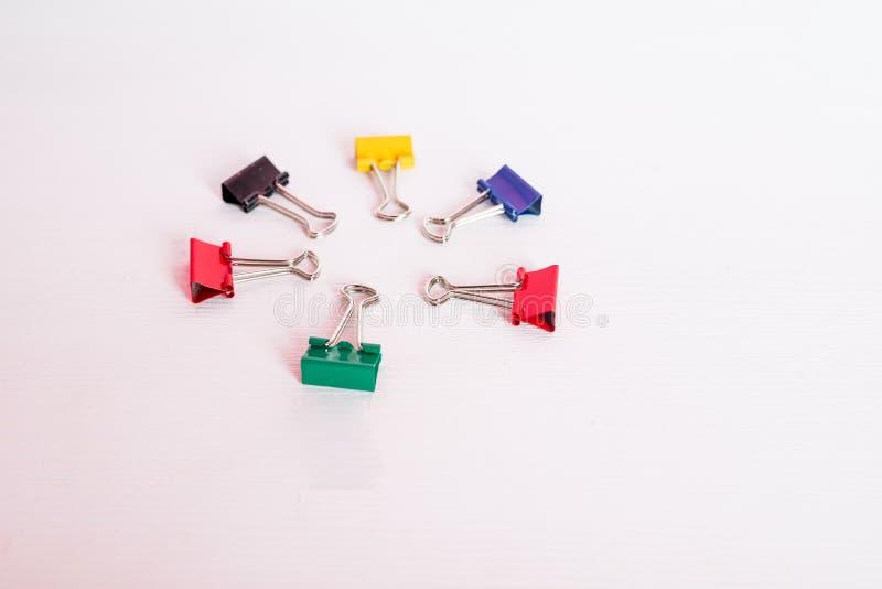 Kolorowa segregator klamerka odizolowywająca na białym tle Sześć papierowych klamerek jak okrąg odizolowywającego kosmos kopii Sz zdjęcie stock