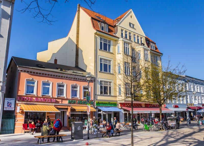 Kolorowa shoppng ulica przy skraju kwadratem Rostock obrazy royalty free