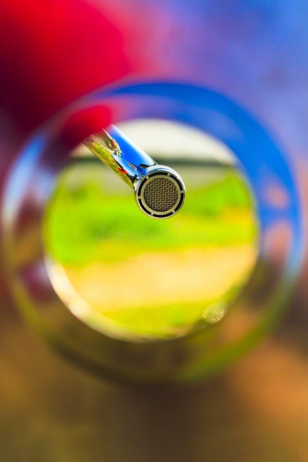 kolorowa skorupa, dolny widok faucet przewietrznik, zako?czenie w g?r? Zielony drewniany t?o zdjęcie royalty free