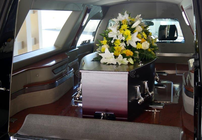Kolorowa szkatuła w karawanie lub kościół przed pogrzebem fotografia stock