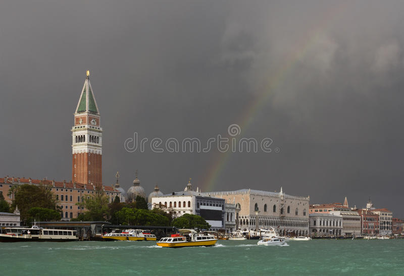 Kolorowa tęcza zaraz po burzą w Wenecja fotografia royalty free