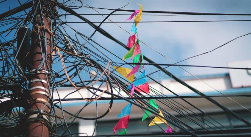 Kolorowa trójbok flaga na Elektrycznym Drucianym kablu Czochrającym i Chao obrazy royalty free