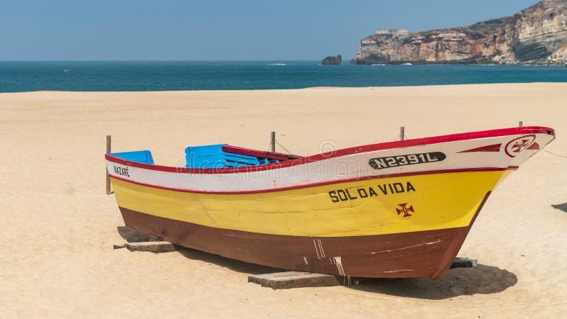 Kolorowa tradycyjna stara drewniana łódź rybacka na plaży wioska rybacka Nazare obrazy royalty free
