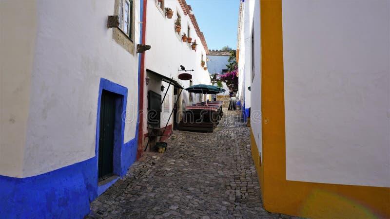 Kolorowa ulica w średniowiecznym miasteczku Obidos, Portugalia obraz royalty free
