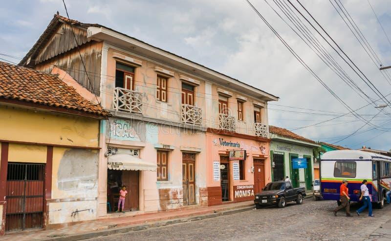 Kolorowa ulica w historycznym centrum Leon obraz stock