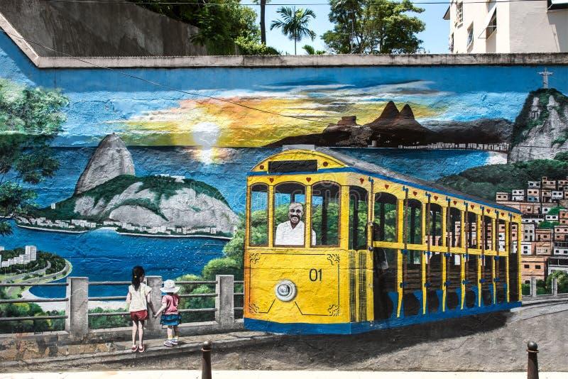 Kolorowa uliczna sztuka przedstawia niewolnego tramwajowego jeżdżenie nad miasto zdjęcia stock