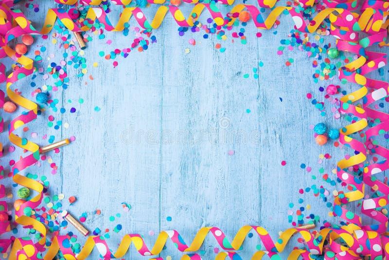 Kolorowa urodziny lub karnawału rama z partyjnymi rzeczami na drewnianym tle obraz royalty free