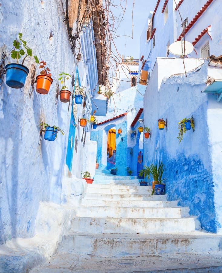 Kolorowa wąska stara ulica w Medina przy pogodnym rankiem, Chefchaouen, Maroko zdjęcia royalty free