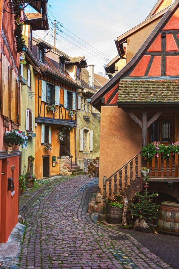 Kolorowa wijąca ulica z starymi domami dekorował dla bożych narodzeń, Eguisheim, północno-wschodni Francja zdjęcia royalty free
