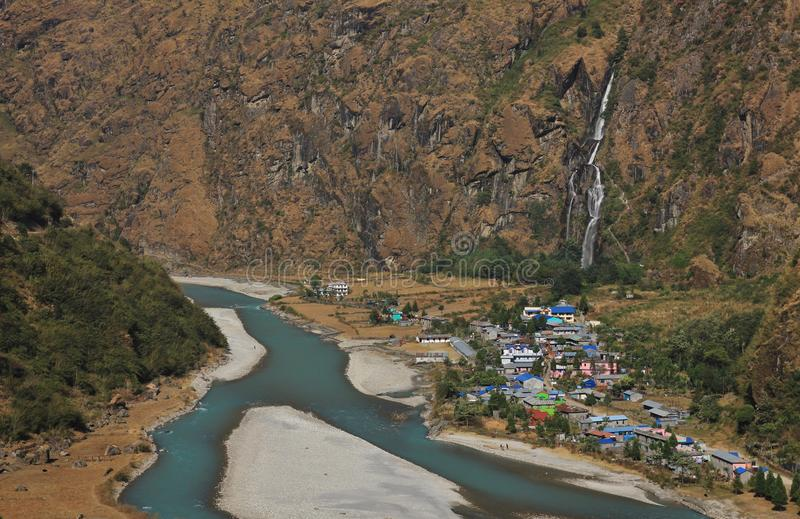 Kolorowa wioska Tal, siklawa i Marsyangdi rzeka, zdjęcie royalty free