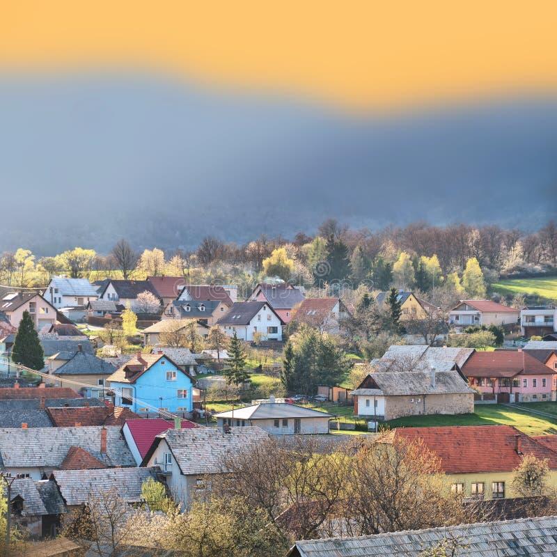Kolorowa wioska w wiosna zmierzchu świetle obrazy stock