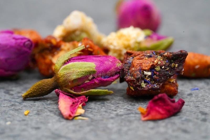 Kolorowa Ziołowa herbata wiele różni zdrowi kwiaty i ziele obraz stock