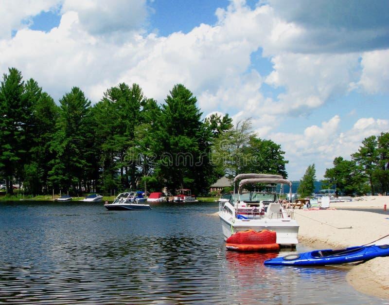 Kolorowe łodzie na jeziorze w Maine obraz stock
