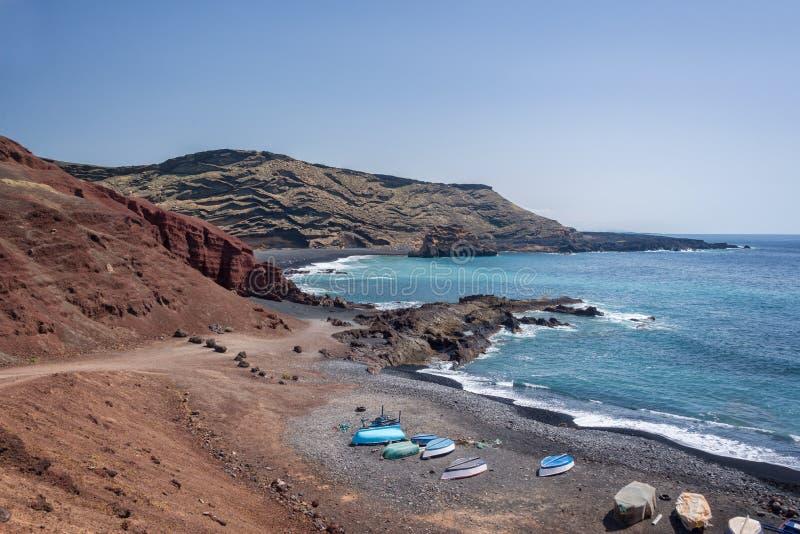 Kolorowe łodzie na plaży w Lanzarote, wyspy kanaryjska Hiszpania obrazy royalty free