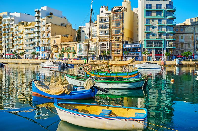 Kolorowe łodzie w Spinola zatoce ukrywają, St Julian, Malta obrazy stock