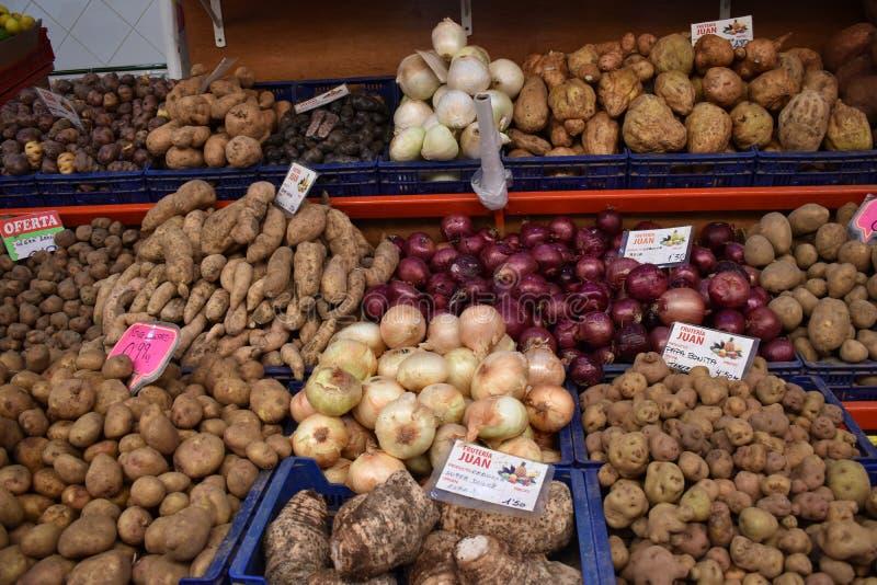 Kolorowe świeże owoc na miejscowym wprowadzać na rynek Mercado De Nuestra Senora de Africain w Santa Cruz w Tenerife, Europa obraz stock