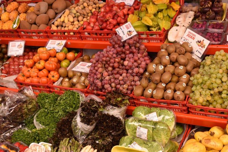 Kolorowe świeże owoc na miejscowym wprowadzać na rynek Mercado De Nuestra Senora de Africain w Santa Cruz w Tenerife, Europa obrazy stock