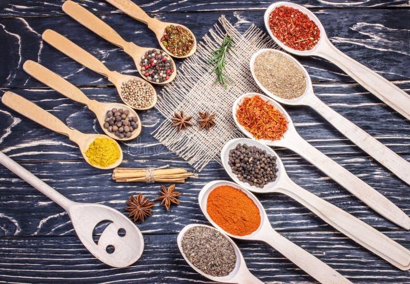 Kolorowe aromatyczne Indiańskie pikantność i ziele na starym dębowym drewnianym brązie obrazy stock