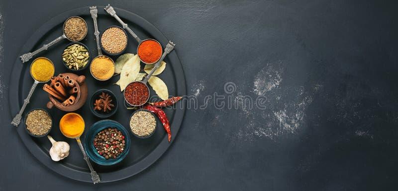 Kolorowe, aromatyczne pikantność w pucharach na ciemnym tle, zdjęcie royalty free