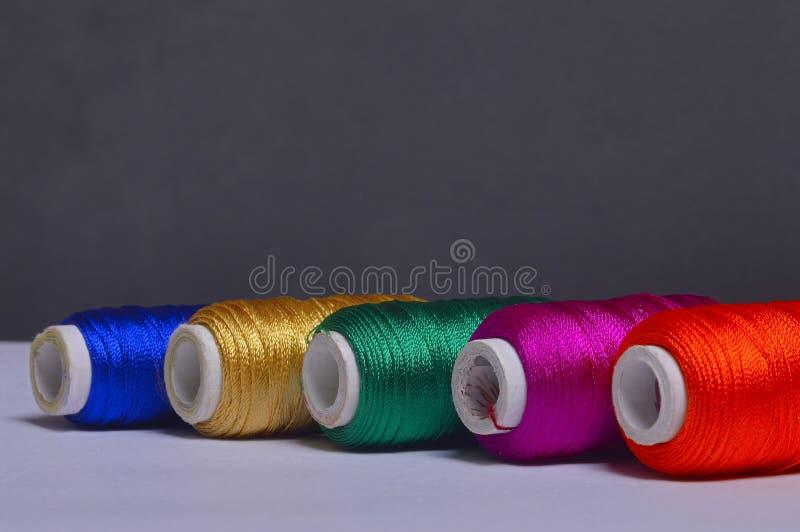 Kolorowe bobiny niciany tło zdjęcie royalty free