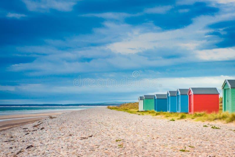 Kolorowe budy na pla?y przy Findhorn, Szkocja, UK obrazy royalty free