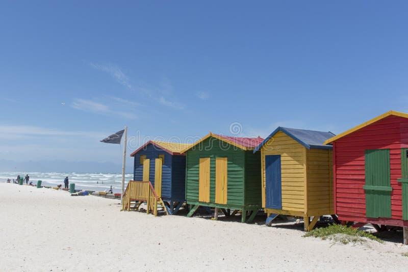 Kolorowe budy wzdłuż plaży w Muizenberg, Południowa Afryka zdjęcie stock