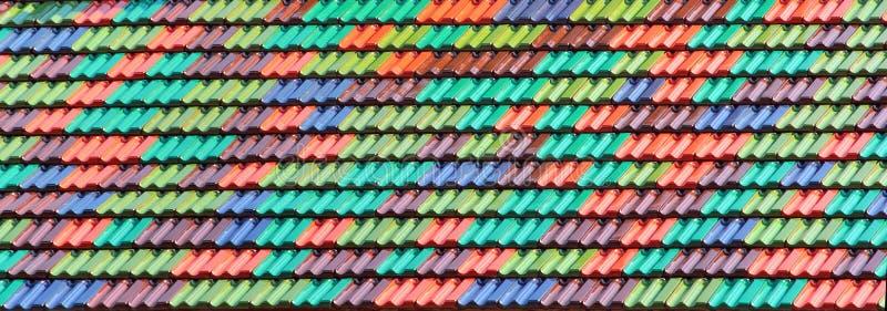 Kolorowe ceramiczne dachowe płytki jako tło zdjęcie royalty free