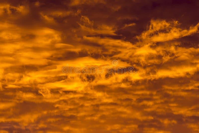 Kolorowe chmury różnorodni cienie na wschodu słońca niebie Abstrakcjonistyczny i dramatyczny żółty chmury tło obrazy royalty free