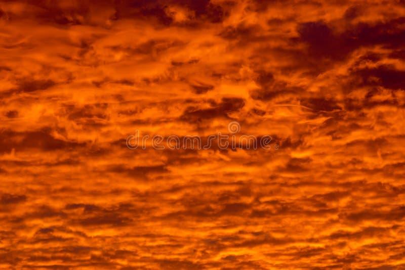 Kolorowe chmury różnorodni cienie na wschodu słońca niebie Abstrakcjonistyczny i dramatyczny pomarańczowy chmury tło zdjęcia royalty free