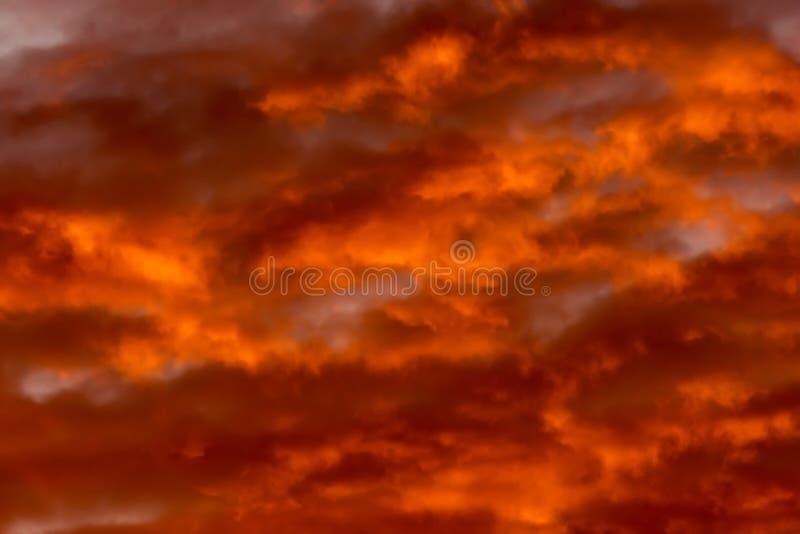 Kolorowe chmury różnorodni cienie na wschodu słońca niebie Abstrakcjonistyczny i dramatyczny pomarańczowy chmury tło obraz royalty free