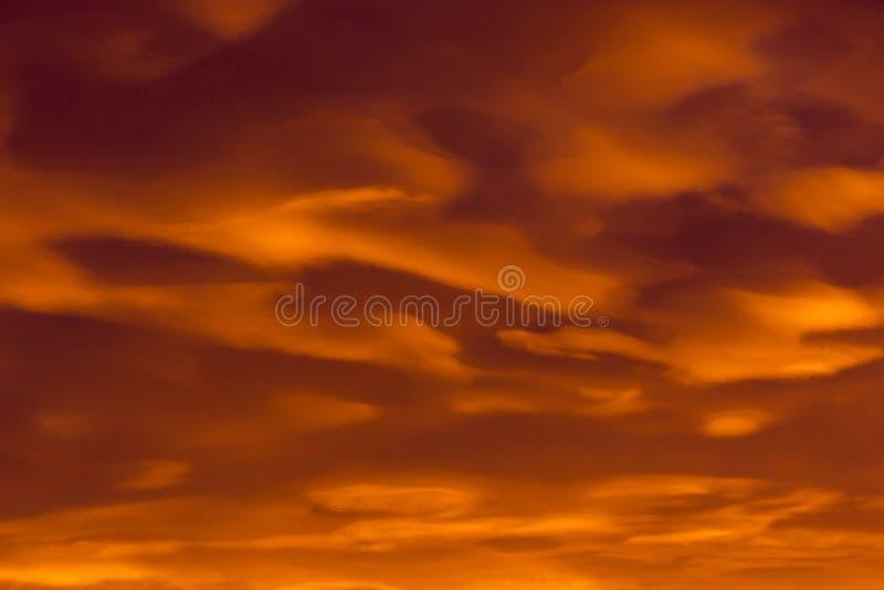 Kolorowe chmury różnorodni cienie na wschodu słońca niebie Abstrakcjonistyczny i dramatyczny pomarańczowy chmury tło obrazy royalty free