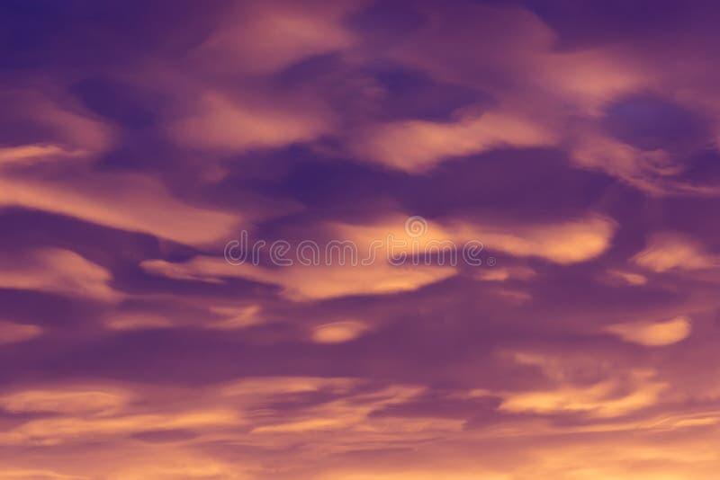Kolorowe chmury różnorodni cienie na wschodu słońca niebie Abstrakcjonistyczny i dramatyczny chmury tło fotografia stock
