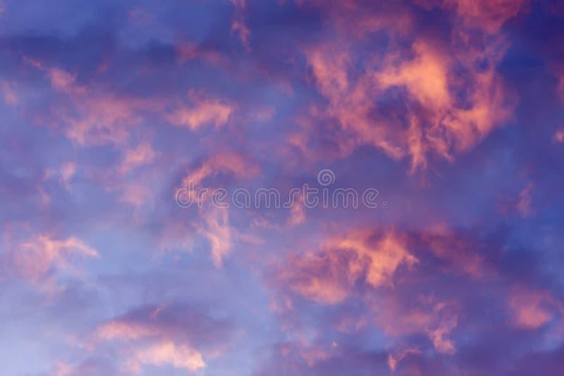Kolorowe chmury różnorodni cienie na wschodu słońca niebie Abstrakcjonistyczny i dramatyczny chmury tło fotografia royalty free