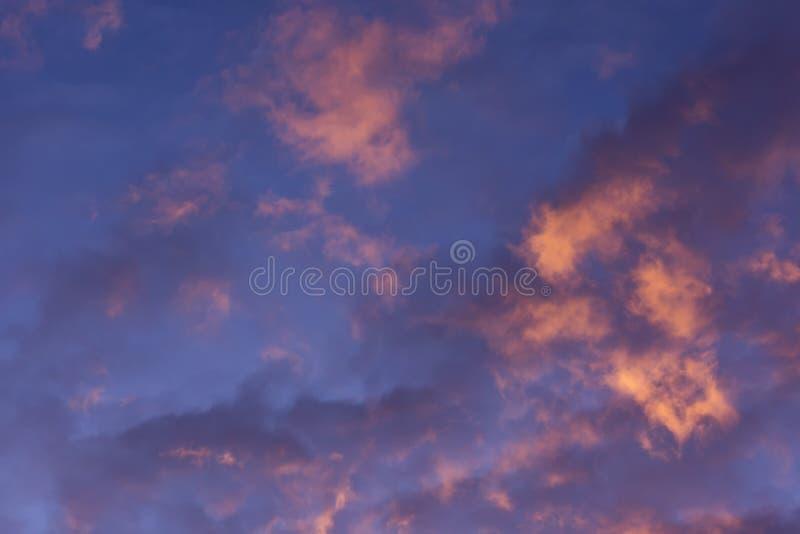 Kolorowe chmury różnorodni cienie na wschodu słońca niebie Abstrakcjonistyczny i dramatyczny chmury tło zdjęcie stock