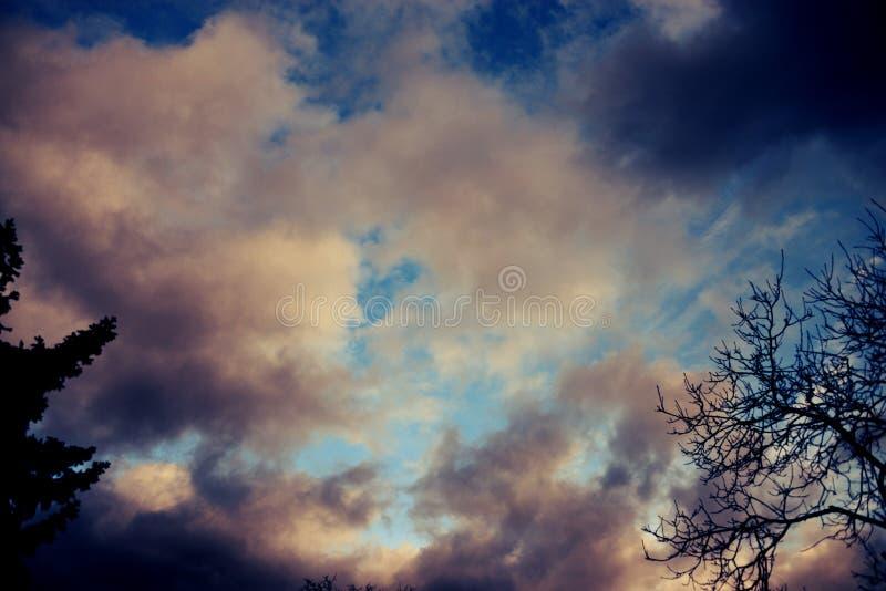Kolorowe chmury w niebie obraz stock