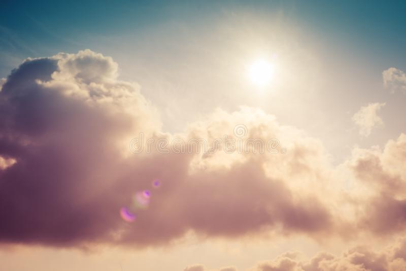Kolorowe chmury w niebie przy zmierzchem Kolorowe chmury s? w niebie przy zmierzchem zdjęcia royalty free