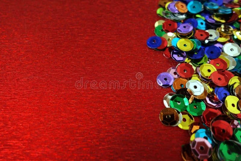 Kolorowe dekoracje na błyszczącym czerwonym dekoracyjnym papierze obrazy stock