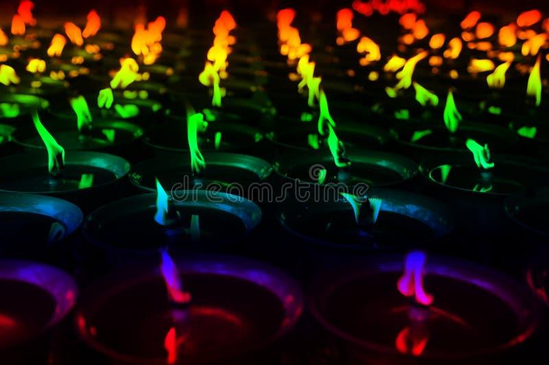 Kolorowe duchowe nafciane lampy w świątyni fotografia stock