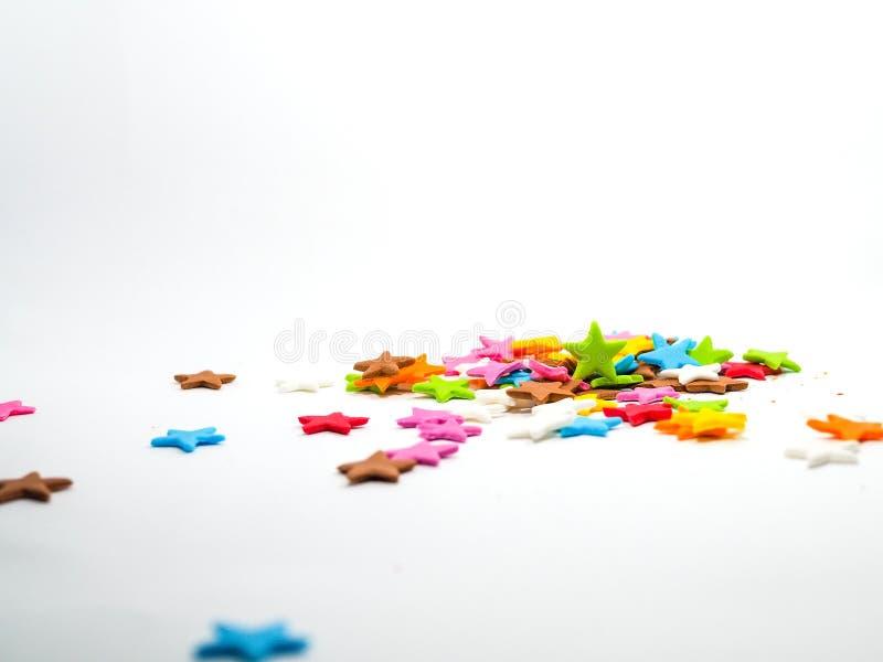 Kolorowe gwiazdy kształtują cukierki na białym fotografia stock