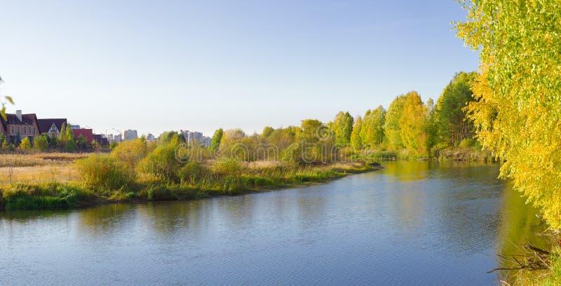 Kolorowe jesienne lasy odbijają się w wodzie zdjęcia royalty free