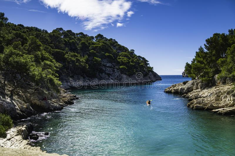 Kolorowe kajaki w słynnych francuskich fiordach,Park Narodowy Calanques, Calanque d'En Vau bay, Cassis fotografia royalty free