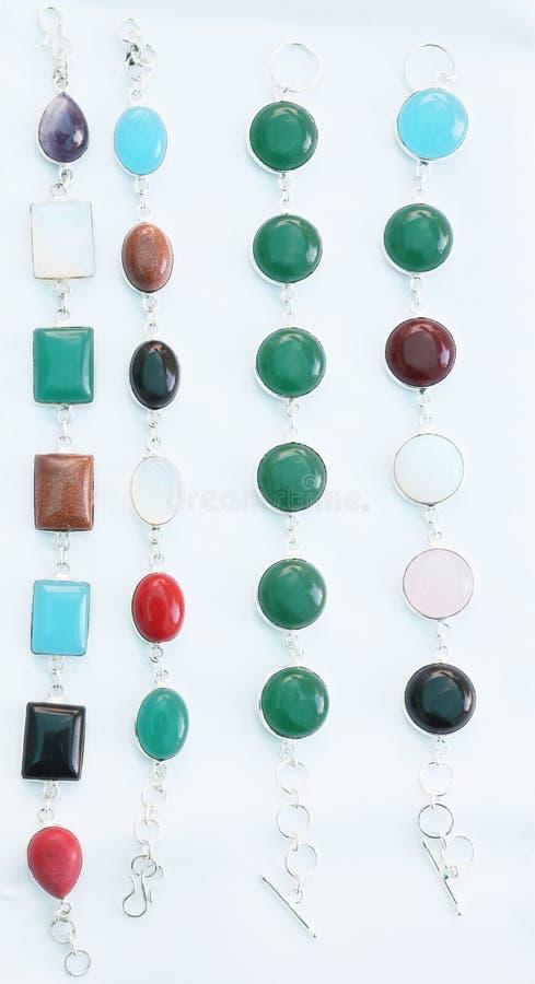 Kolorowe klejnotów kamieni srebne bransoletki fotografia stock