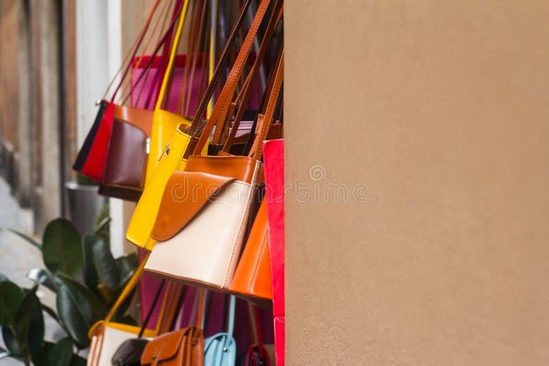 Kolorowe kobiety torebki kiesy wiesza na sklepu przodzie zdjęcie stock