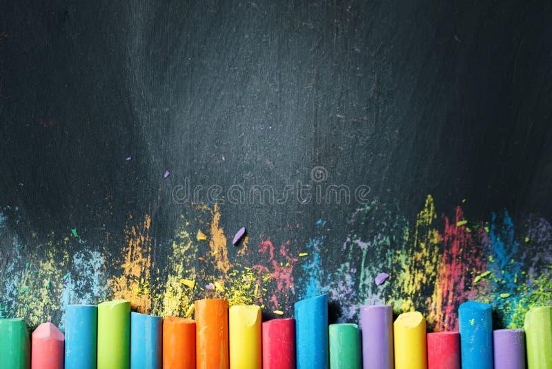 Kolorowe kredki na blackboard, rysuje tylna tło do szkoły obrazy royalty free