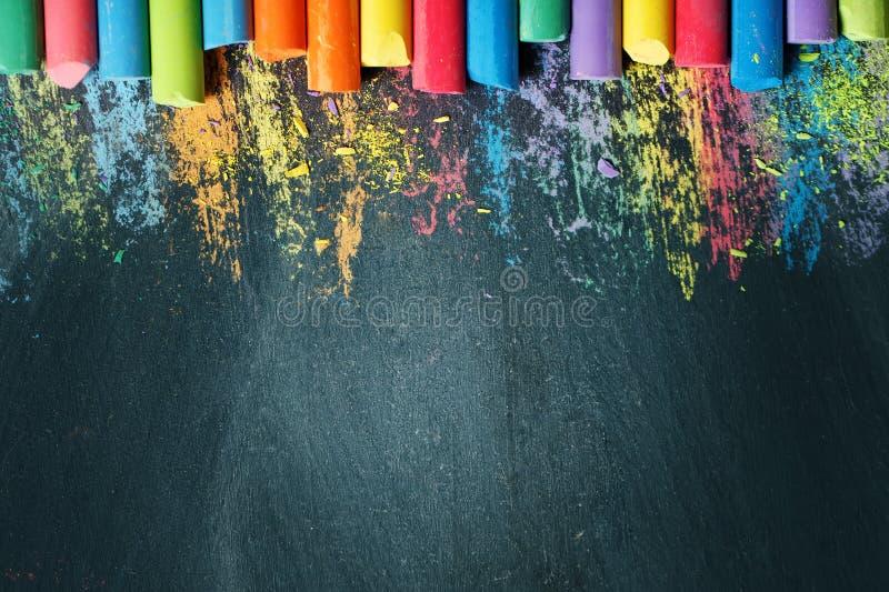 Kolorowe kredki na blackboard, rysuje tylna tło do szkoły fotografia stock