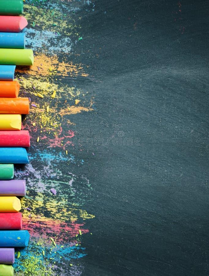 Kolorowe kredki na blackboard, rysuje tylna tło do szkoły obraz stock