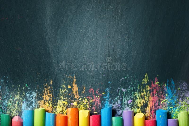 Kolorowe kredki na blackboard, rysuje tylna tło do szkoły zdjęcie royalty free