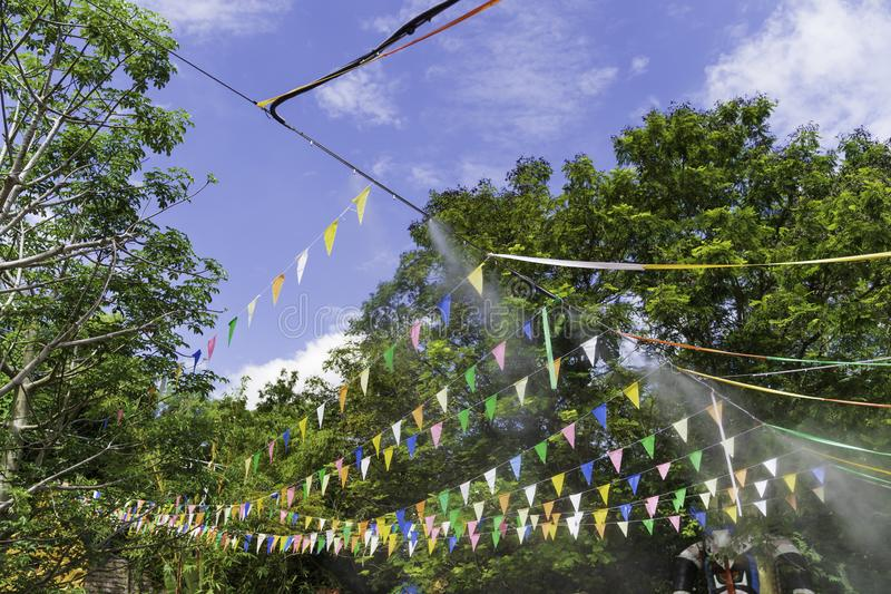 Kolorowe małe flagi w festiwalu obraz royalty free