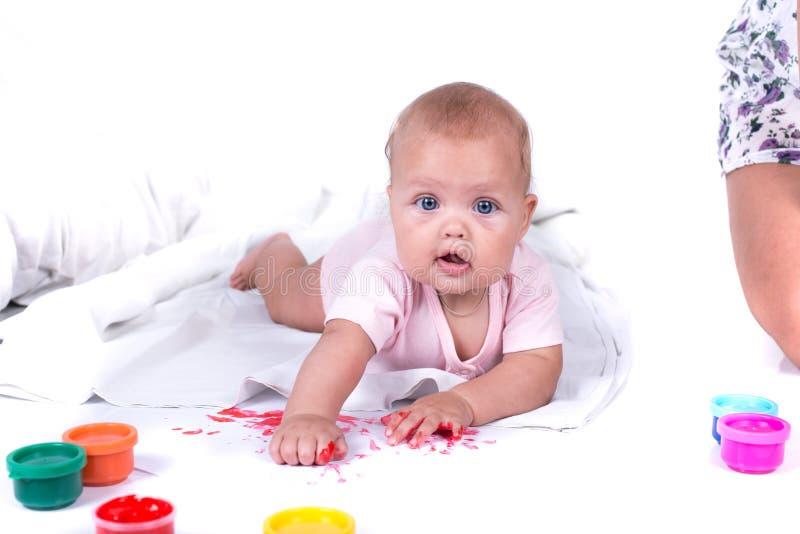 Kolorowe malować ręki w pięknej młodej dziewczynie pojedynczy białe tło zdjęcie stock
