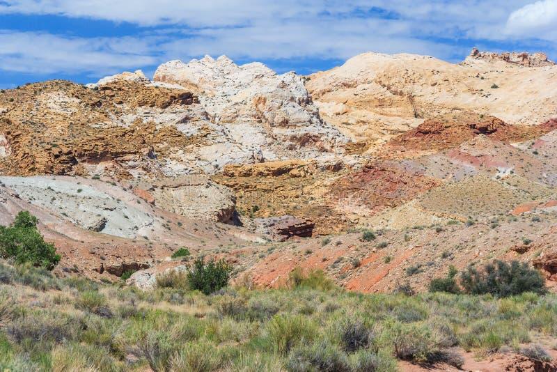 Kolorowe malować skały z płatowatymi cedzinami w środkowym Utah blisko Canyonland Zion Bryka i dziwożony doliny zdjęcie stock